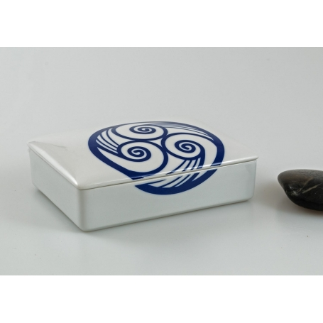 Small, porcelain jewelry box. Celta collection.